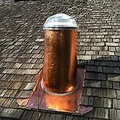 Dôme sur toit de bardeaux